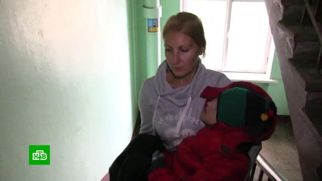Петербурженка вынуждена носить дочь-инвалида на руках из-за отсутствия в доме лифта и пандуса.Санкт-Петербург, дети и подростки, инвалиды.НТВ.Ru: новости, видео, программы телеканала НТВ