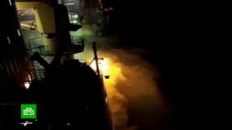 Сзагоревшегося на Курилах плавучего рыбзавода эвакуировали 350человек