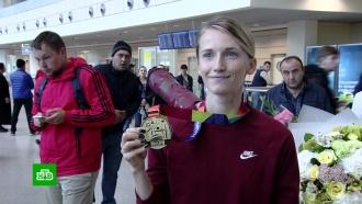 В Москве золотую медалистку ЧМ по легкой атлетике встретили аплодисментами