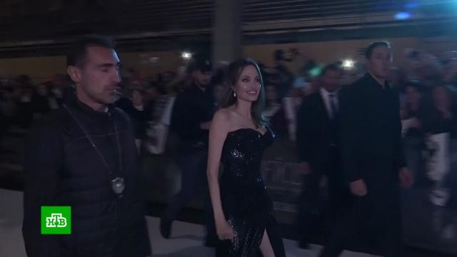 Анджелина Джоли вРиме вышла на красную дорожку вплатье сглубоким декольте.Джоли, Италия, Рим, артисты, знаменитости, кино, премьера.НТВ.Ru: новости, видео, программы телеканала НТВ