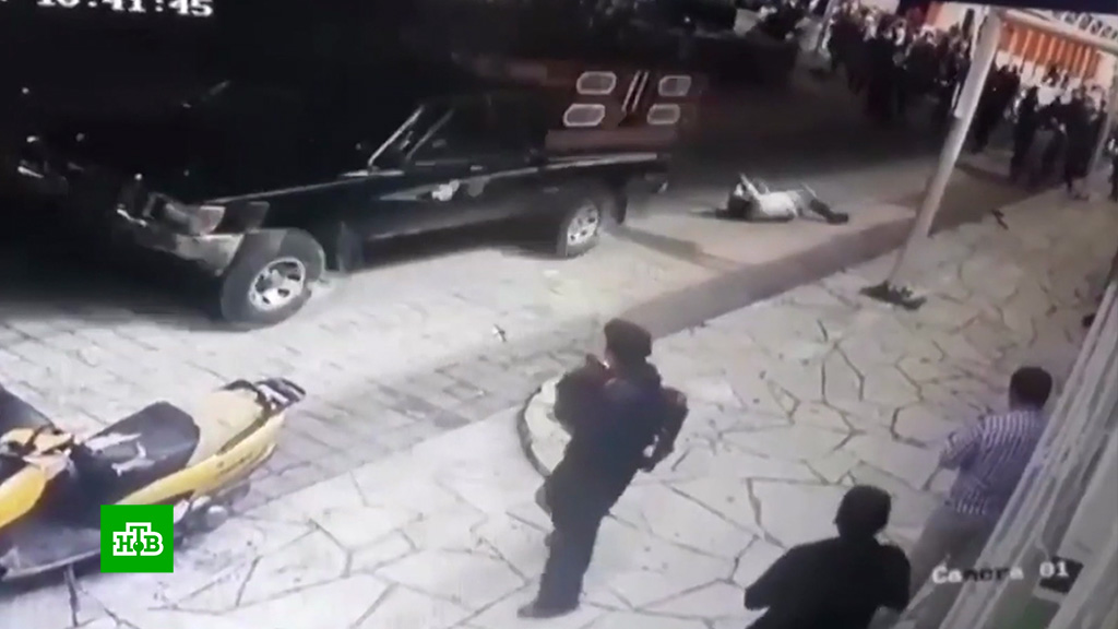 Недовольные мэром мексиканцы привязали его кпикапу ипротащили по улицам: видео