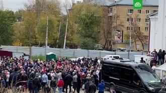 Сотни жителей Саратова пришли на похороны убитой девочки