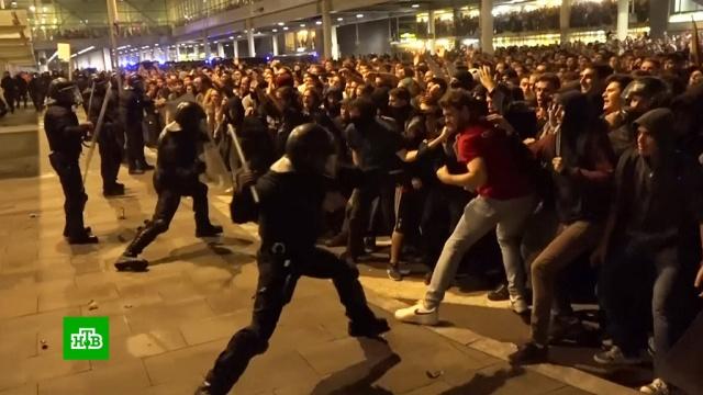 «Аэрофлот» предупредил пассажиров о протестах в Барселоне.Власти Каталонии решили расследовать действия полицейских, которые накануне участвовали в подавлении беспорядков возле международного аэропорта Барселоны.Аэрофлот, Испания, Каталония, беспорядки, митинги и протесты.НТВ.Ru: новости, видео, программы телеканала НТВ