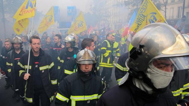 Полиция использует против пожарных в Париже слезоточивый газ.В районе парижской площади Нации произошли столкновения полиции и пожарных.Париж, Франция, беспорядки, митинги и протесты, пожарная охрана, полиция, профсоюзы.НТВ.Ru: новости, видео, программы телеканала НТВ