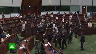 Оппозиционные депутаты Гонконга освистали главу автономии