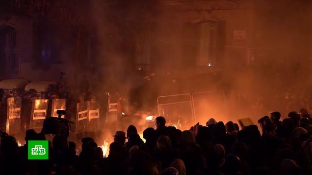 Десятки тысяч протестующих собрались ууправления полиции Барселоны.Испания, Каталония, митинги и протесты.НТВ.Ru: новости, видео, программы телеканала НТВ