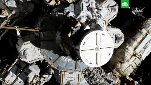 Впервые вистории две женщины вышли воткрытый космос.МКС, НАСА, женщины, космонавтика, космос.НТВ.Ru: новости, видео, программы телеканала НТВ