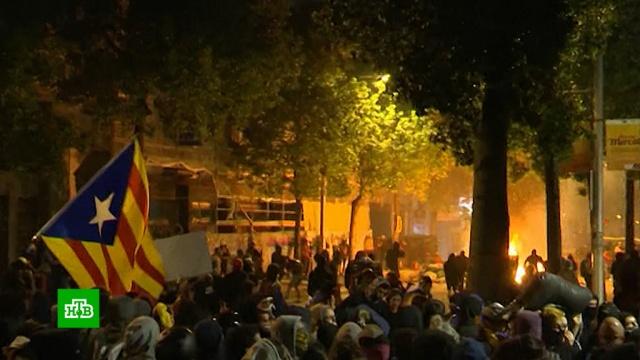 На акции вБарселоне радикалы переворачивали иподжигали мусорные баки.Испания, Каталония, беспорядки, митинги и протесты.НТВ.Ru: новости, видео, программы телеканала НТВ