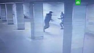 Пьяный ударил ножом полицейского в переходе метро