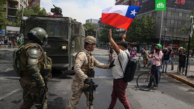В столице Чили из-за протестов ввели чрезвычайное положение.Президент Чили на 15 дней ввел в столице и двух провинциях чрезвычайное положение из-за протестов. В центр Сантьяго стянута бронетехника. Манифестации начались полторы недели назад из-за повышения цен на проезд в метро.Чили, беспорядки, кражи и ограбления, общественный транспорт, пожары, полиция.НТВ.Ru: новости, видео, программы телеканала НТВ