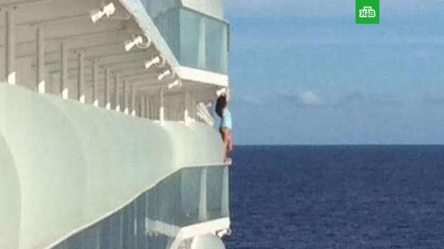 Пассажирку внесли в черный список за опасное фото на корабле.Пассажирку круизного лайнера сняли с рейса и внесли в черный список после того, как она перелезла за ограждение палубы и, держась за перила, стала позировать для фото.корабли и суда, США.НТВ.Ru: новости, видео, программы телеканала НТВ