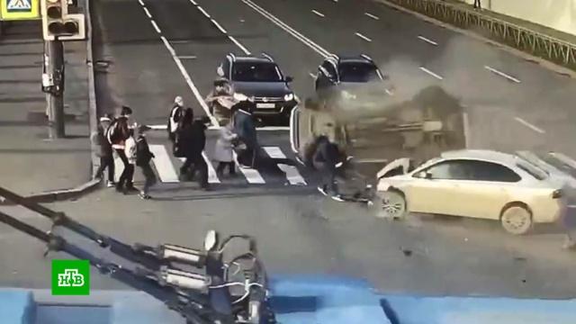 Число пострадавших вДТП синомарками вПетербурге возросло до 8.ДТП, Санкт-Петербург, аварии на транспорте, автомобили, пешеходы.НТВ.Ru: новости, видео, программы телеканала НТВ