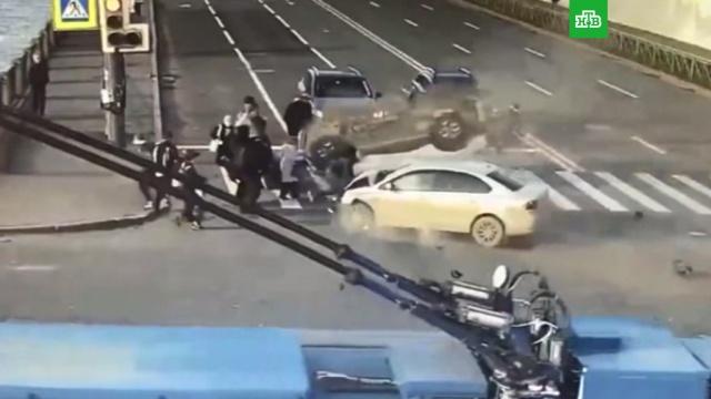 Две машины протаранили людей в Петербурге.ДТП, Санкт-Петербург, аварии на транспорте, автомобили, пешеходы.НТВ.Ru: новости, видео, программы телеканала НТВ