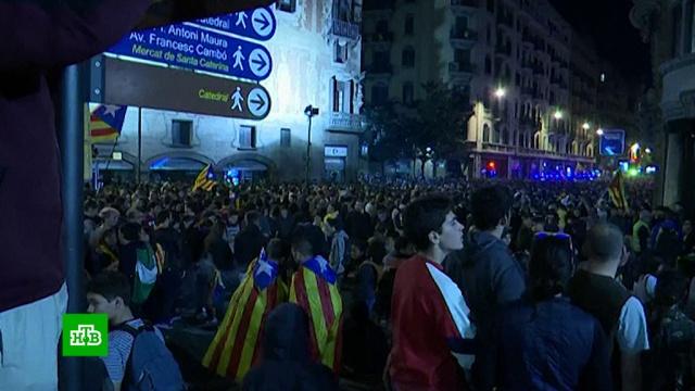 ВБарселоне протестующие осадили полицейское управление.Испания, беспорядки, митинги и протесты.НТВ.Ru: новости, видео, программы телеканала НТВ