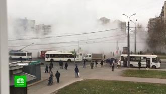 Кипяток из лопнувшей трубы затопил улицу в Петербурге