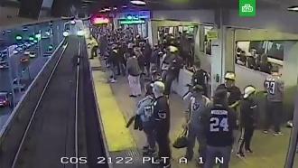 Спасение упавшего на рельсы пассажира метро за секунду до прибытия поезда