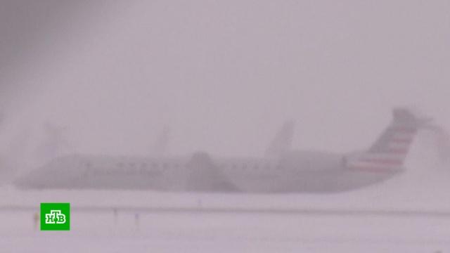В аэропорту Чикаго из-за снегопада самолет выкатился за пределы полосы.США, авиация, аэропорты, самолеты, снег.НТВ.Ru: новости, видео, программы телеканала НТВ