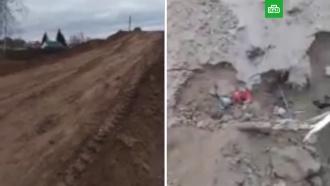 Коммунальщики сделали детскую горку из кладбищенской земли и траурных венков