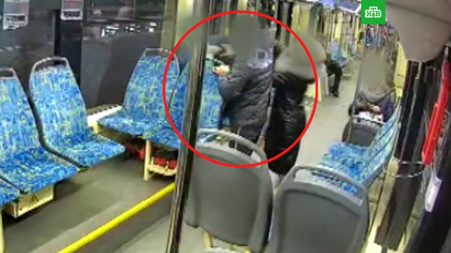 ВМоскве пьяный мужчина жестоко избил беременную втрамвае.Москва, беременность и роды, драки и избиения, жестокость, нападения, общественный транспорт, трамваи.НТВ.Ru: новости, видео, программы телеканала НТВ