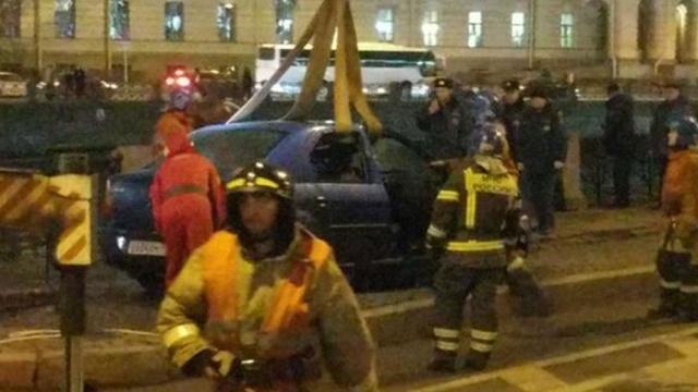 Машина стремя пассажирами упала вреку вПетербурге.ДТП, Санкт-Петербург, автомобили, дети и подростки, реки и озера.НТВ.Ru: новости, видео, программы телеканала НТВ