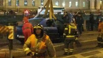 Машина стремя пассажирами упала вреку вПетербурге