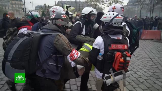 Вгодовщину протестов «желтых жилетов» вПариже задержали более 140человек.Париж, беспорядки, митинги и протесты.НТВ.Ru: новости, видео, программы телеканала НТВ