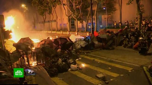 Радикалы в Гонконге забросали полицию коктейлями Молотова.Гонконг, беспорядки, митинги и протесты.НТВ.Ru: новости, видео, программы телеканала НТВ
