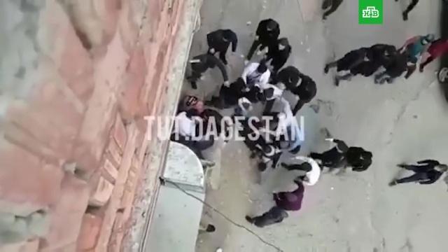 Массовая драка произошла в Махачкале из-за замечания девушке.Махачкала, драки и избиения, нападения.НТВ.Ru: новости, видео, программы телеканала НТВ
