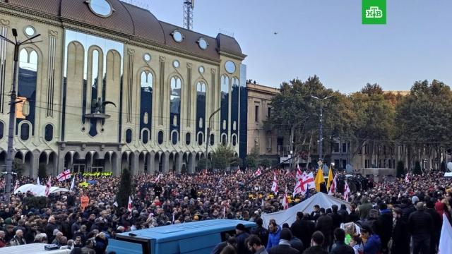 В Тбилиси оппозиция пикетирует парламент.В Тбилиси оппозиционеры перекрыли все входы в парламент Грузии. Они повесили цепи и замок на здание и потребовали отставки властей.Грузия, митинги и протесты, парламенты.НТВ.Ru: новости, видео, программы телеканала НТВ