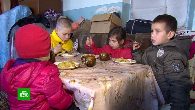 Семья с 6 детьми вынуждена жить в актовом зале общежития.Кабардино-Балкария, жилье, многодетные.НТВ.Ru: новости, видео, программы телеканала НТВ