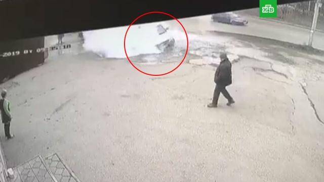 Падение автомобиля с людьми в яму с кипятком попало на видео.Пенза, автомобили, смерть.НТВ.Ru: новости, видео, программы телеканала НТВ