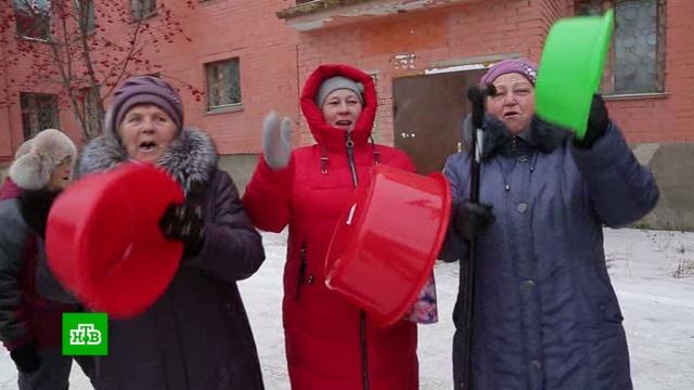 Жительницы Миасса устроили «банный бунт» с тазиками и вениками.ЖКХ, Челябинская область, митинги и протесты.НТВ.Ru: новости, видео, программы телеканала НТВ