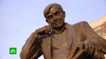 Открытый Путиным памятник Гранину установили рядом с современной библиотекой