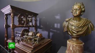 Фарфор, игрушки, мебель, драгоценности: кремлевская выставка предметов из жизни ПетраI