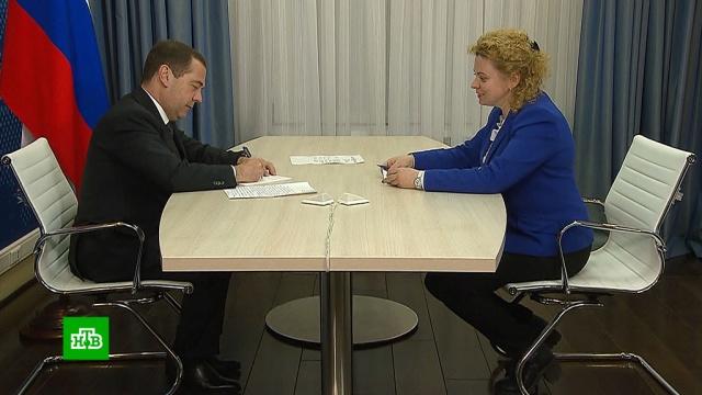 Медведев пообещал разобраться снештрафуемым порогом скорости, камерами иснюсами.Медведев, дорожное движение, законодательство, табак, штрафы.НТВ.Ru: новости, видео, программы телеканала НТВ