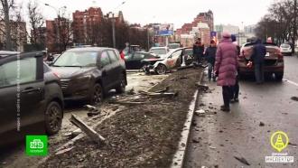 В Петербурге пьяный лихач на Audi снес знаки, светофор и 13 машин