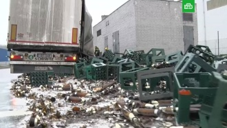 Десятки ящиков с пивом выпали на дорогу в Литве