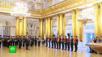 Эрмитажу передали знамя роты почетного караула