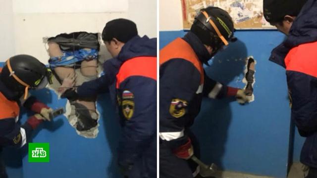 Россиянин упал с10-го этажа ввентиляционную шахту, пытаясь достать валенки.Якутия, несчастные случаи.НТВ.Ru: новости, видео, программы телеканала НТВ