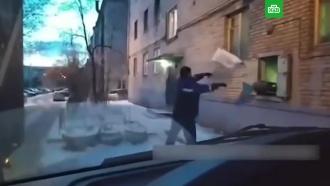 Сотрудника «Почты России» застукали за метанием посылок вокно: видео