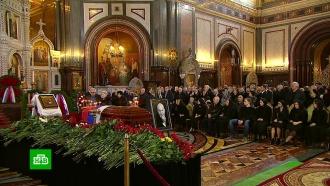 Проститься с Лужковым пришли москвичи, политики и артисты