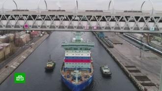 Ледокол «Арктика» филигранно прошел под мостом ЗСД в Петербурге