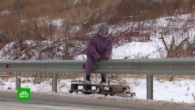 На Сахалине отбойник на дороге стал препятствием для жителей поселка.Сахалин, дороги.НТВ.Ru: новости, видео, программы телеканала НТВ