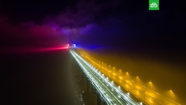 Арки Крымского моста подсветили цветами триколора.Крым, мосты, строительство.НТВ.Ru: новости, видео, программы телеканала НТВ