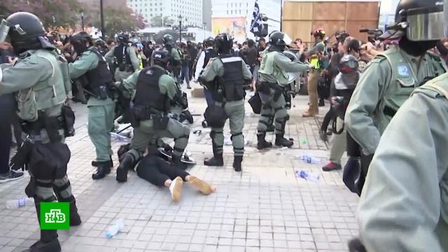 Радикалы в Гонконге попытались сжечь флаг Китая и напали на полицию.Гонконг, Китай, беспорядки, митинги и протесты.НТВ.Ru: новости, видео, программы телеканала НТВ