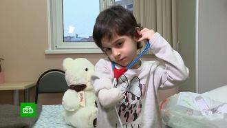 Искалеченную тетей девочку выписали из московской больницы