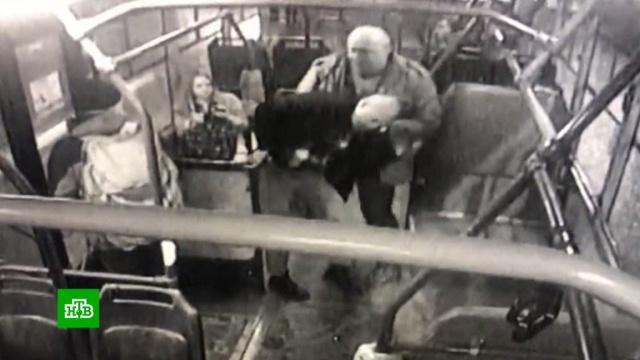 ВПетербурге безбилетника расстреляли на автобусной остановке.Санкт-Петербург, общественный транспорт, стрельба.НТВ.Ru: новости, видео, программы телеканала НТВ