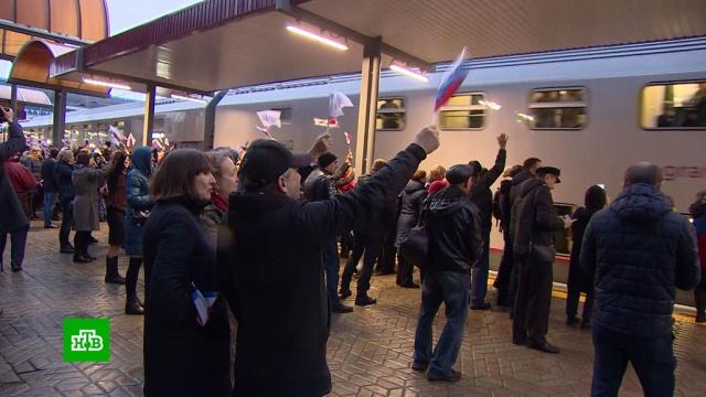 В Симферополе встретили первый поезд из Москвы.железные дороги, Крым, поезда, Симферополь.НТВ.Ru: новости, видео, программы телеканала НТВ