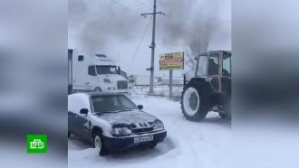 Водители вытянули фуру из снега на Алтае