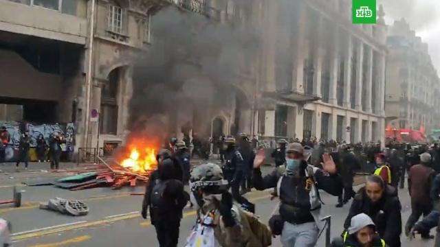 Акция профсоюзов и «желтых жилетов» в Париже переросла в беспорядки: видео.беспорядки, митинги и протесты, Париж.НТВ.Ru: новости, видео, программы телеканала НТВ